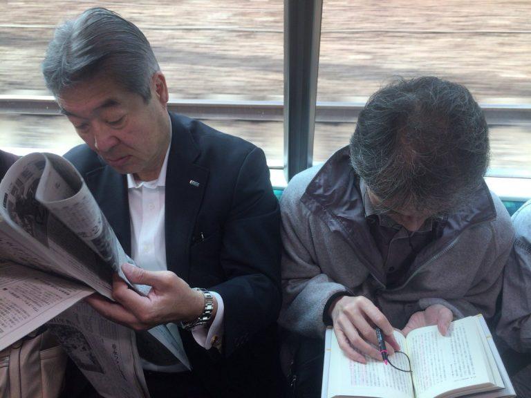 ဂျပန်လူမျိုးတွေ ရထားစီးရင်းနဲ့ ဘာလုပ်ကြလဲ ?